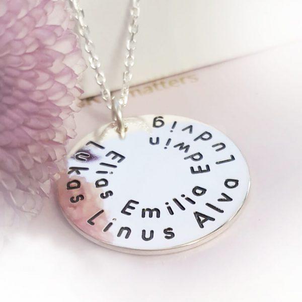 smycke med barnnamn