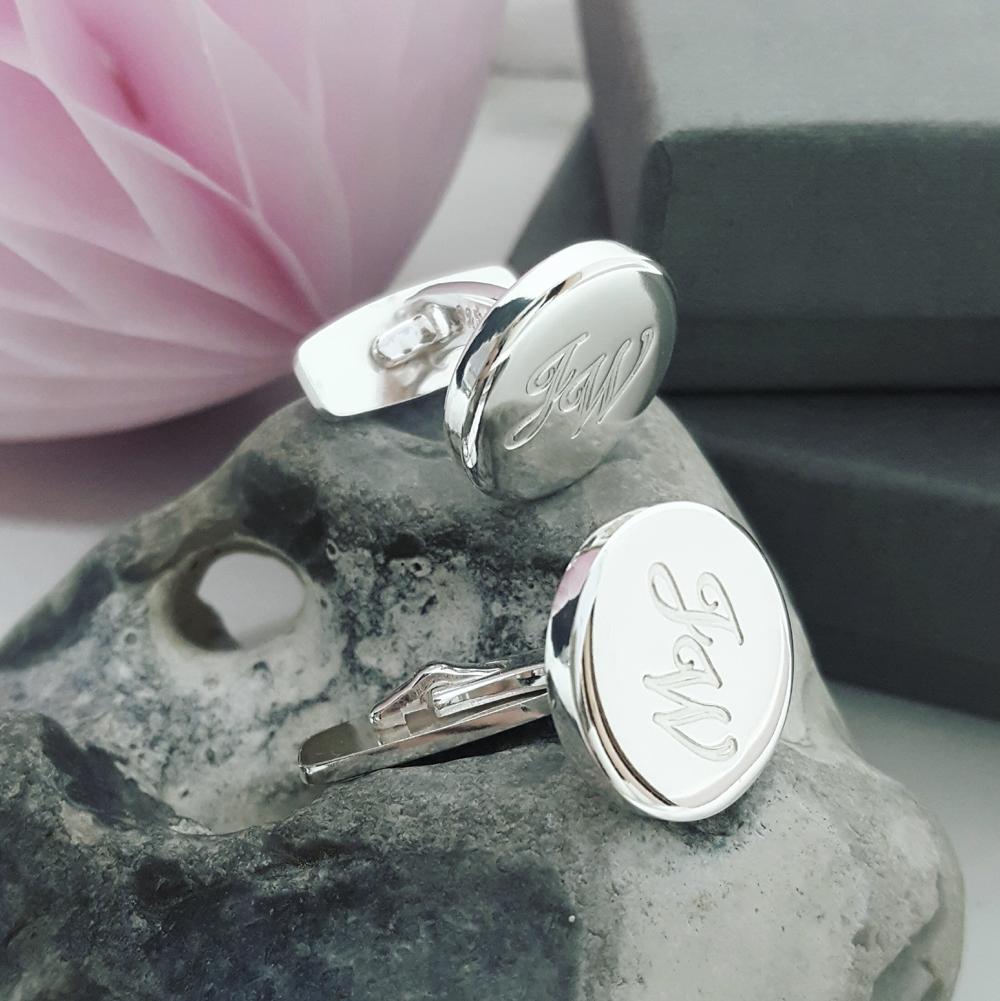 Manschettknappar med gravyr, eleganta smycken för män